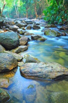 Sticker Wasserdurchfluss durch Felsen in einem seichten Bach in Malaysia Jungle