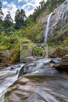 Wasserfall im Wald und blauer Himmel erfassen mit Langzeitbelichtung