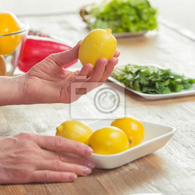 Weibliche Hände Inspektion Zitronen