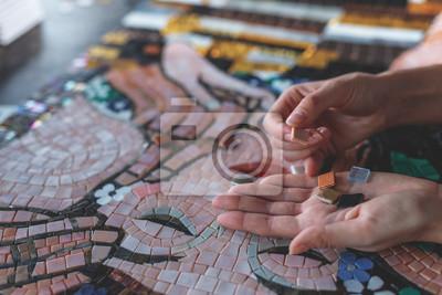 Sticker Weibliche Hände mit Mosaik