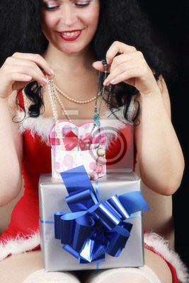 Weihnachts sinnliche Brünette Mädchen mit Geschenken isoliert auf schwarz