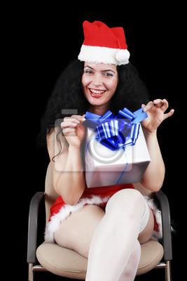 Weihnachts sinnliche Brünette Mädchen mit Geschenken, isoliert auf schwarz