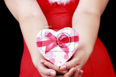 Weihnachts sinnliche Mädchen mit Geschenken isoliert auf schwarzem Hintergrund