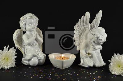 Weihnachtsengel mit Kerze isoliert auf schwarz, fot Geschenke