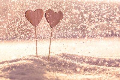 Weihnachtspostkarte mit zwei hölzernen Herzen im Schnee - farbigen Filter - Tapete mit Platz für Ihre Montage