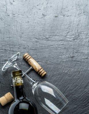 Sticker Weinflasche, Weinglas und Korkenzieher auf dem Graphitbrett.