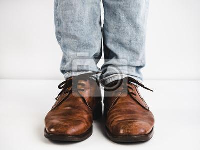 best cheap c94d7 c1a6a Sticker: Weinlese, braune schuhe, jeans und füße des mannes auf einem