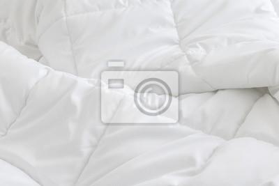 Sticker Weiße Bettwäsche Blätter Hintergrund. Unordentliches Bett Konzept.