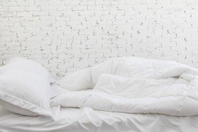 Sticker Weiße Bettwäsche Blätter und Kissen im weißen Raum Hintergrund. Unordentliches Bettkonzept in der moring Zeit.