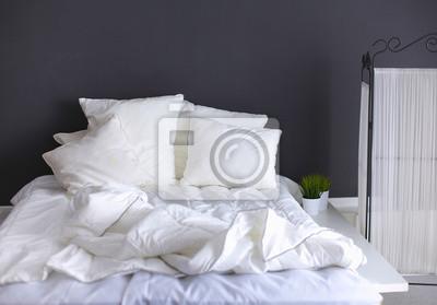 Sticker Weiße Kissen auf einem Bett