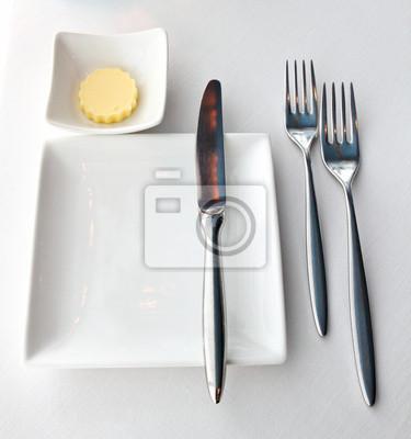 Weiße leere Teller mit Messer und Gabel