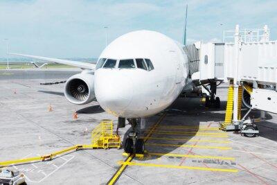Sticker Weißes Flugzeug in Schürze in bewölktem Himmel