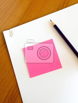 weißes Papier mit Bleistift und rosa Memo auf Holz Tisch