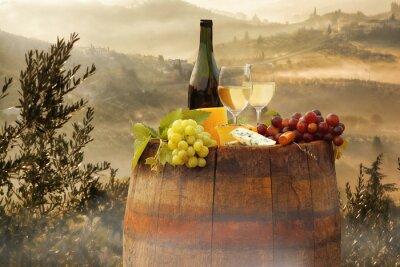 Sticker Weißwein mit Fass auf Weinberg in Chianti, Toskana, Italien