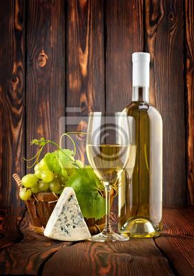 Weißwein mit Trauben und Blauschimmelkäse