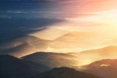 Sticker Wenn eine Nacht ein Tag wird. Schöne Hügel hell beleuchtet während der Sonnenaufgang.