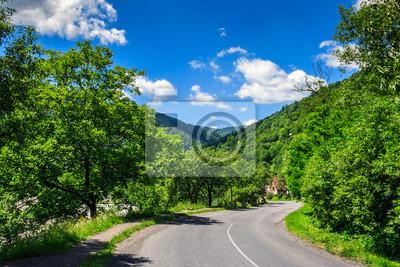 Wicklung Dorf Straße in den Bergen