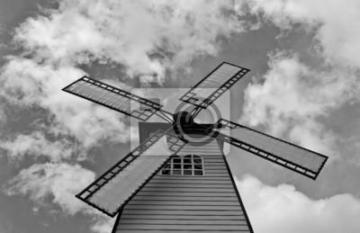 Windmühle über bewölkten Himmel, schwarze und weiße Farbe