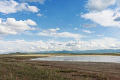 Wolken über dem See. Tyva. Steppe. Sonniger Sommertag. Draußen