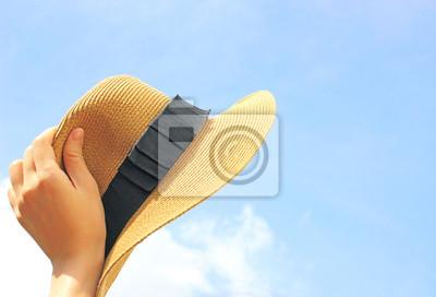 Woman Hand Panamahut mit blauem Himmel