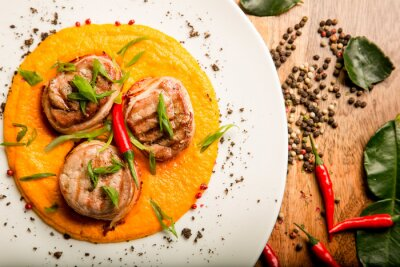 Sticker Würzige Fleischstückchen Huhn und Rindfleisch mit Sauce und Kräutern in Thai Rezept vom Chef