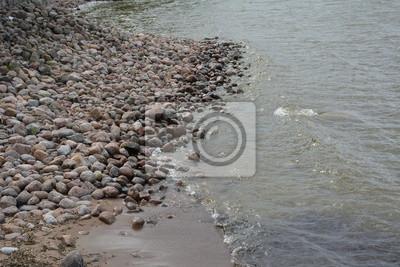 берег из камней