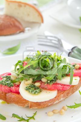 Ciabatta mit Tomaten, Mozzarella und Rucola saladс.