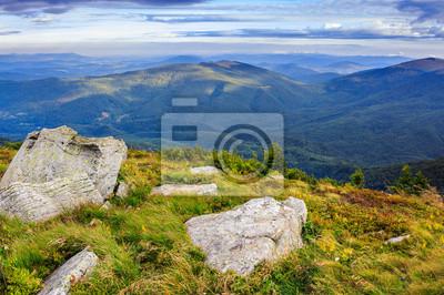 riesigen Steine in den felsigen Klippen