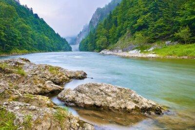 Sticker Steine am Flussufer in den Bergen. Der Dunajec