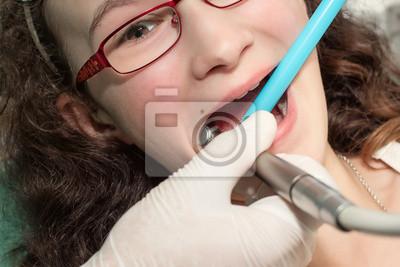Zahnarzt die Prüfung eines Teenager Mädchen