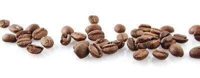 Sticker Zerstreut Kaffeebohnen in Linie auf weißem