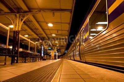 Sticker Zug am Bahnhof in der Nacht gestoppt