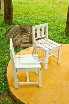 zwei alte weiße Stühle Einstellung im Garten