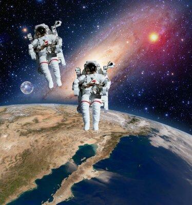 Zwei Astronauten Raumfahrer Planet Spacewalk Weltraum Spaziergang Mond milchig Weg Galaxie. Elemente dieses Bildes von der NASA eingerichtet.