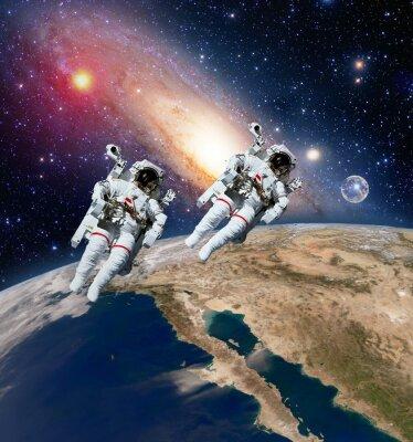 Zwei Astronauten Raumfahrer Planeten Erde Weltraum Mond milchig Weg Galaxie. Elemente dieses Bildes von der NASA eingerichtet.