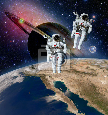 Zwei Astronauten spaceman saturn planet spacewalk weltraum walk moon universe. Elemente dieses Bildes von der NASA eingerichtet.