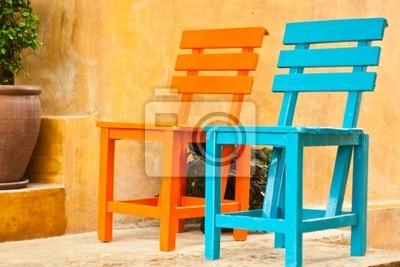 zwei bunte Stühle im Garten