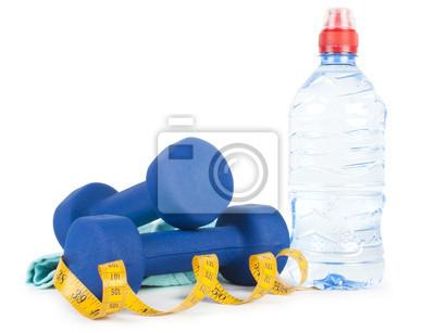Zwei Hanteln, Wasser in der Flasche und Handtuch
