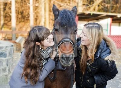 Zwei Mädchen, ein Pferd