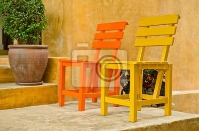 zweifarbiges Holz Stuhl im Garten